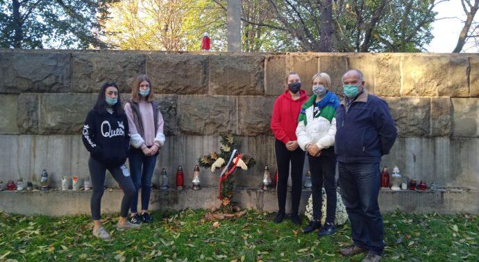 Uczestnicy tarnowskiego Centrum odwiedzają cmentarz wojenny